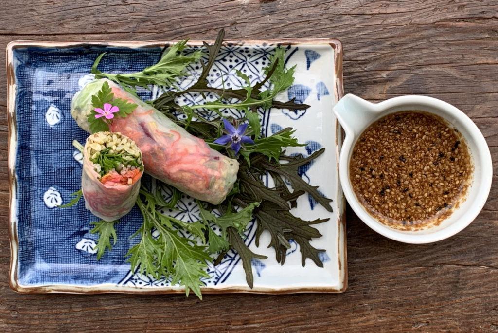 Tampopo : les rouleaux de saison dans leur version printanière, accompagnés de la sauce Sichuan aigre-douce