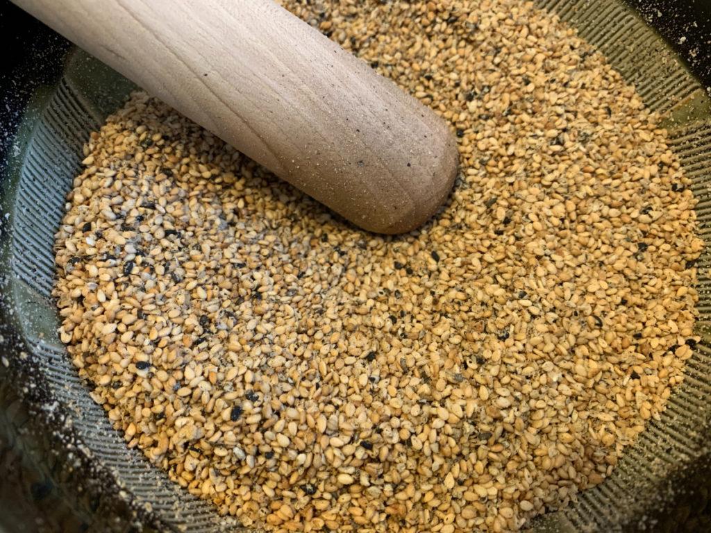 Tampopo : sésame torréfié et broyé pour les rouleaux de saison